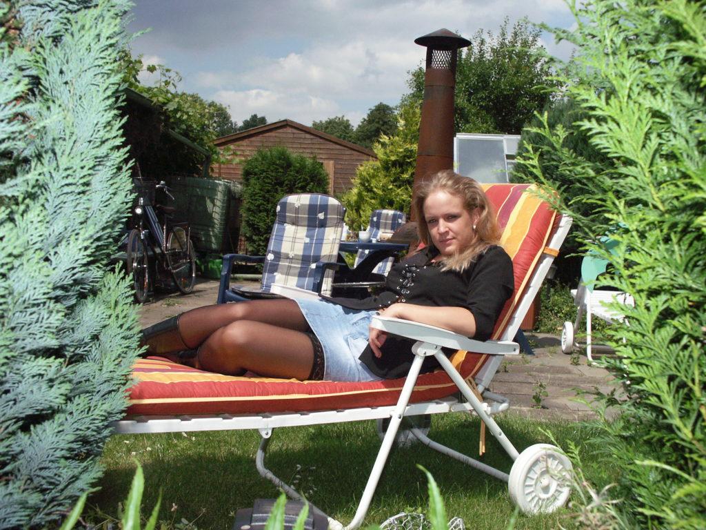 Jung Blondine liegt auf Liegestuhl